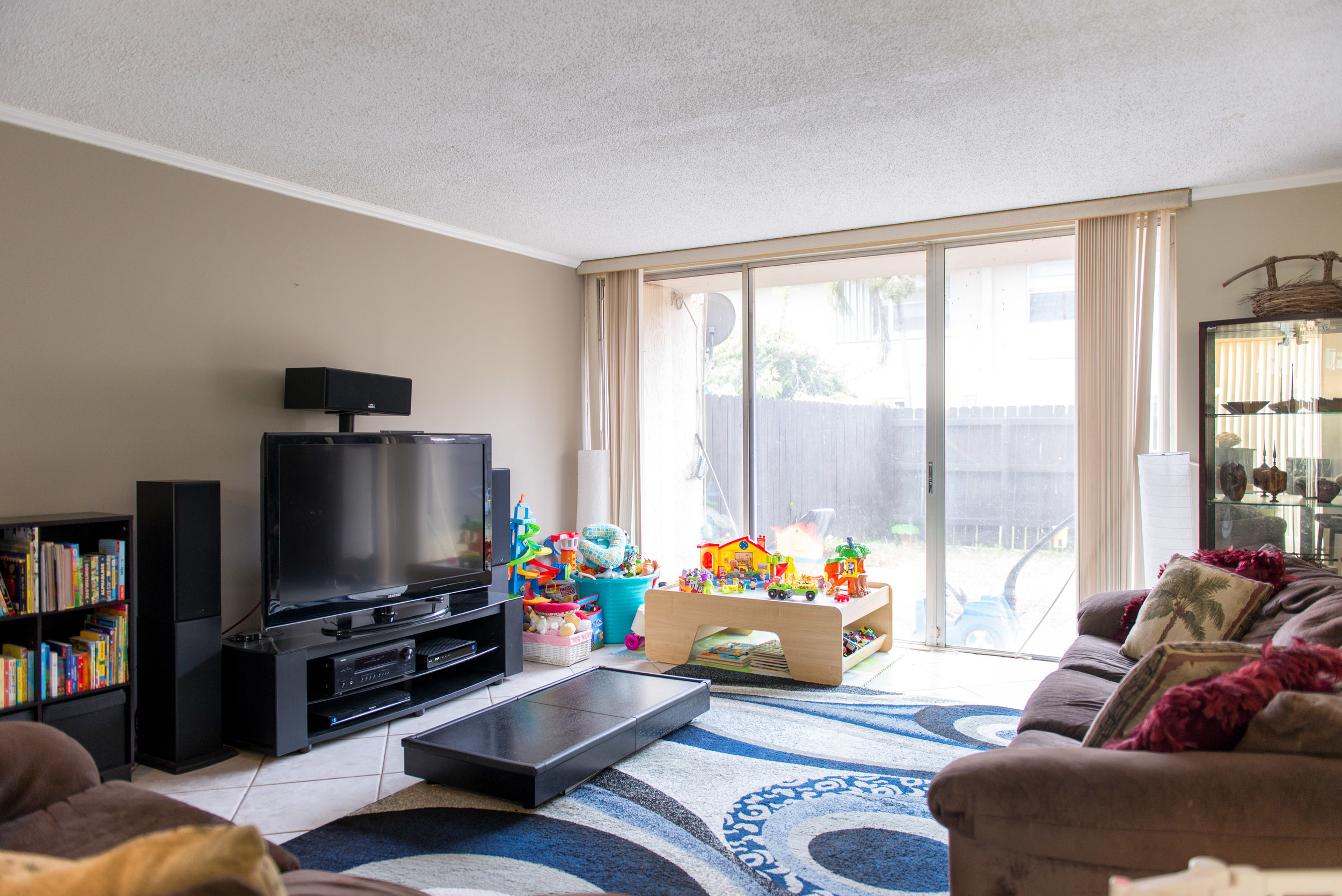 This open and bright floorplan offers a wonderful large living room with high ceilings!