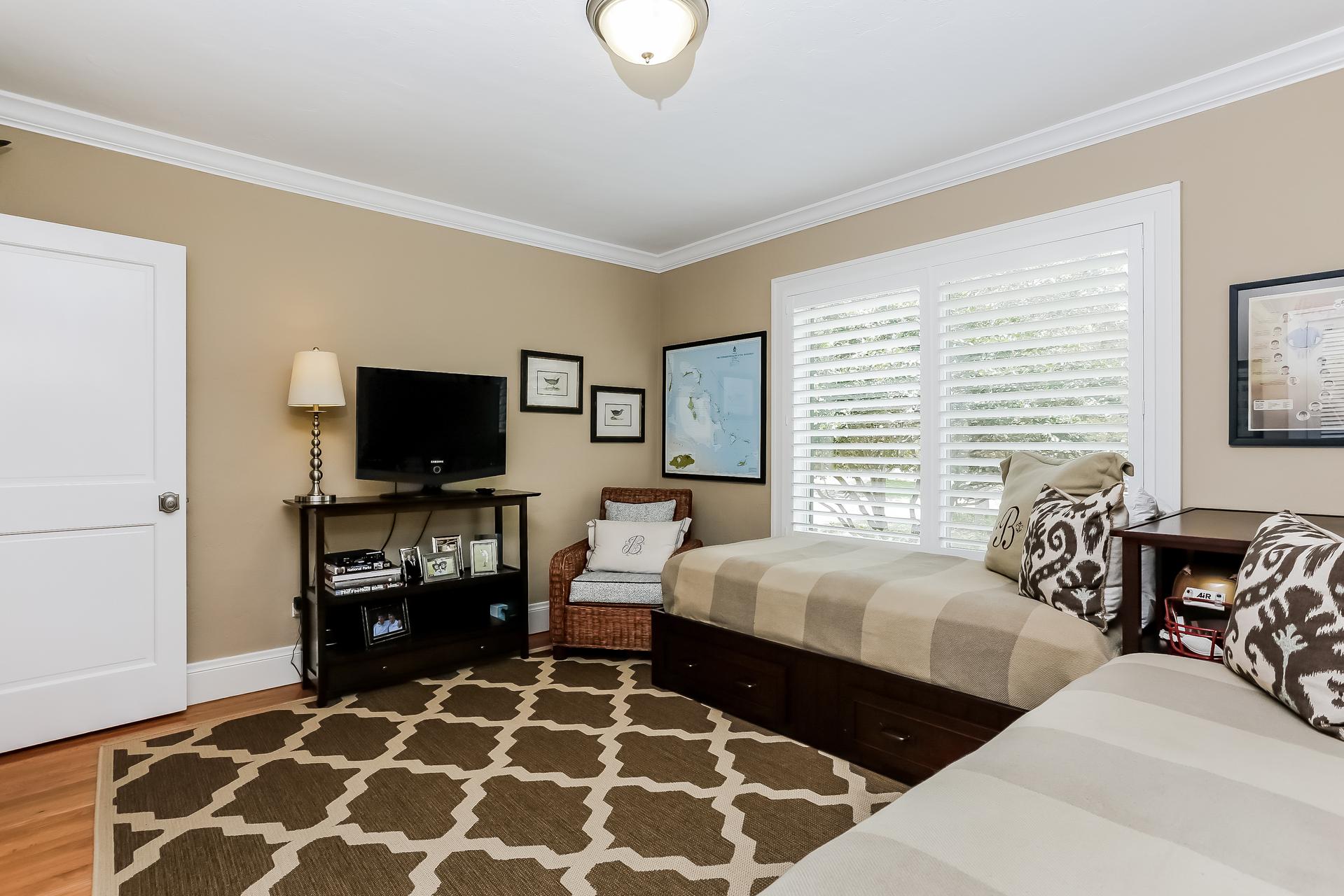 029-Bedroom-2647586-medium.jpg