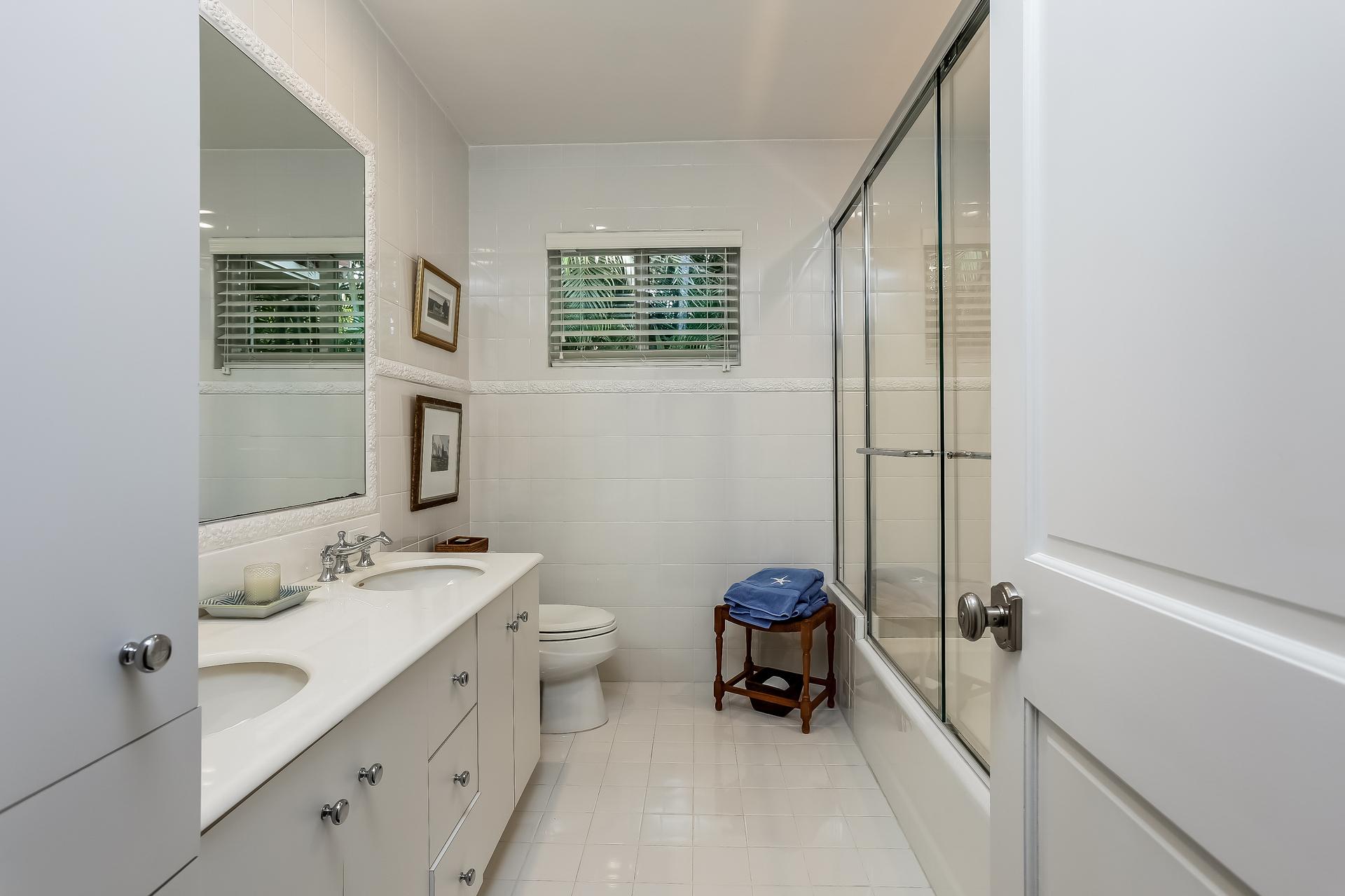 032-Bathroom-2647592-medium.jpg