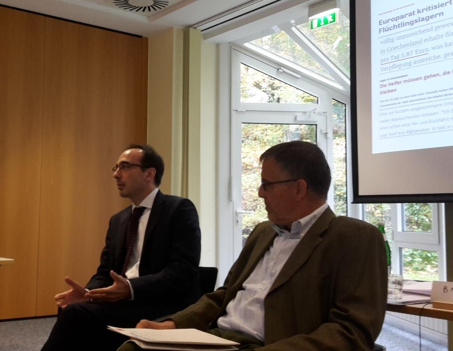 Botschaftssekretär Aris Radiopoulos mit Referenten Dr. Jens Bastian