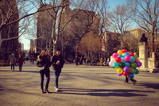 #springiscoming #winterisalmosthere #coldweather #village #downtown #nyc #sundayvibes #balloons #colorfull #manhattan #fujifilm #fujifilmxt20 #streetphotography
