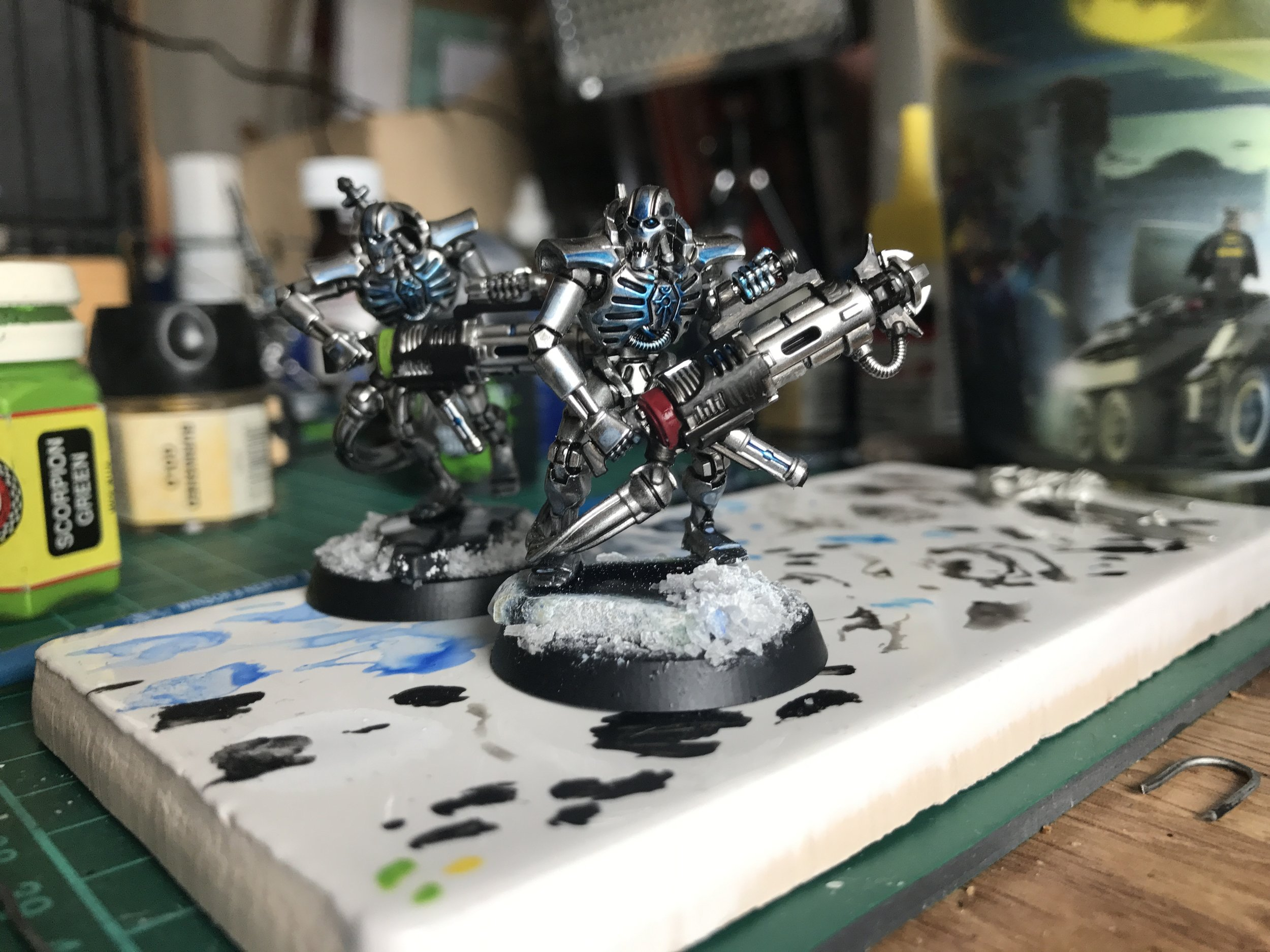 I tried adding a couple of spot colours to the scheme to see how they looked - and would also double to differentiate the models in the Kill Team