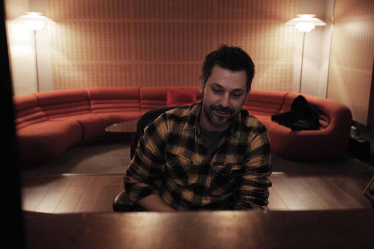 Luca Petricca - Desde que asistió a su primer festival Loolapalooza en el 92 juró fidelidad a la música independiente.Desde entonces ha participado incansablemente como músico, productor, ingeniero de estudio y de directo.En sus 22 años de profesión ha trabajado con grupos de toda España ganando varios premios por sus discos.Adicto a series de televisión y apasionado del sándwich mixto, sus trabajos son reconocidos por su dinámica, fuerza y el nivel de detalle que consigue.