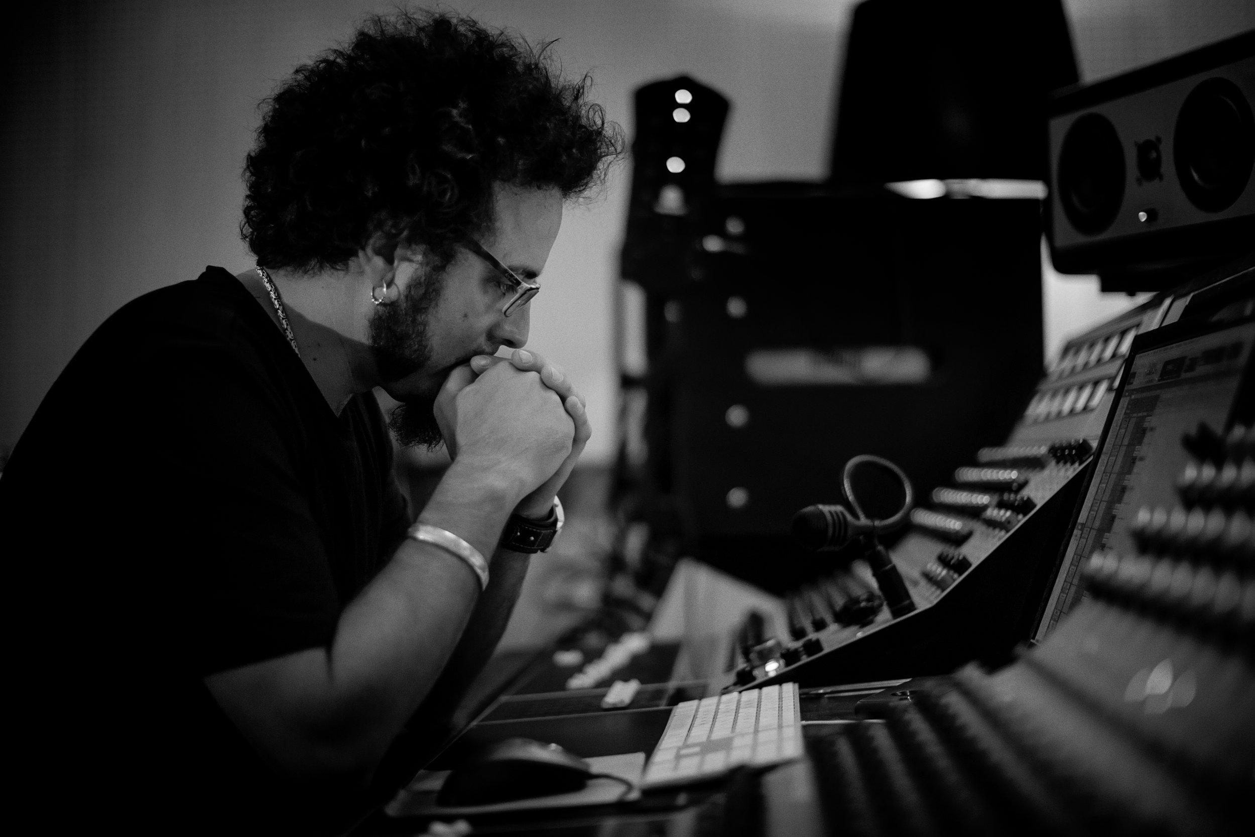 isaac Rico - Con 17 años de profesión ha trabajado tanto en estudio como en directo con infinidad de artistas nacionales e internacionales.Especializado en estilos orgánicos y en el Rock en todas sus vertientes, también compagina la docencia y la mezcla de BSO originales con largas giras.Desde el minuto 1 en el estudio busca incansablemente el tono adecuado para el proyecto y se involucra mano a mano con el artista, es conocido por sus baterías y bases con sonidos gigantes.Creador del sonido Jabalí©, le fascina la parte más orgánica del mismo, de hecho todavía cuentan en los paritorios que al nacer le desenchufaron un jack del ombligo...