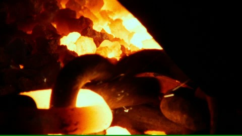 786720984-forgeron-chaine-charbon-bruler.jpg
