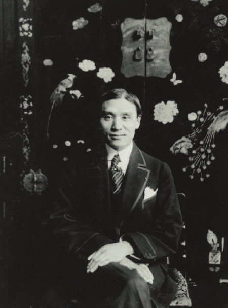 C. T. Loo (1880–1957), at C.T. Loo et Cie, Paris, France, 1909. Black-and-white silver gelatin print.(Loo Family Photographs, Freer Gallery of Art and Arthur M. Sackler Gallery Archives, Smithsonian Institution, Washington, D.C., Gift of Janine Pierre-Emmanual, FSA A2010.07.)