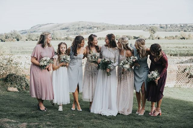 Omg just look at these ladies. I'm loving the mismatched bridesmaids dresses that just look awesome together ❤️