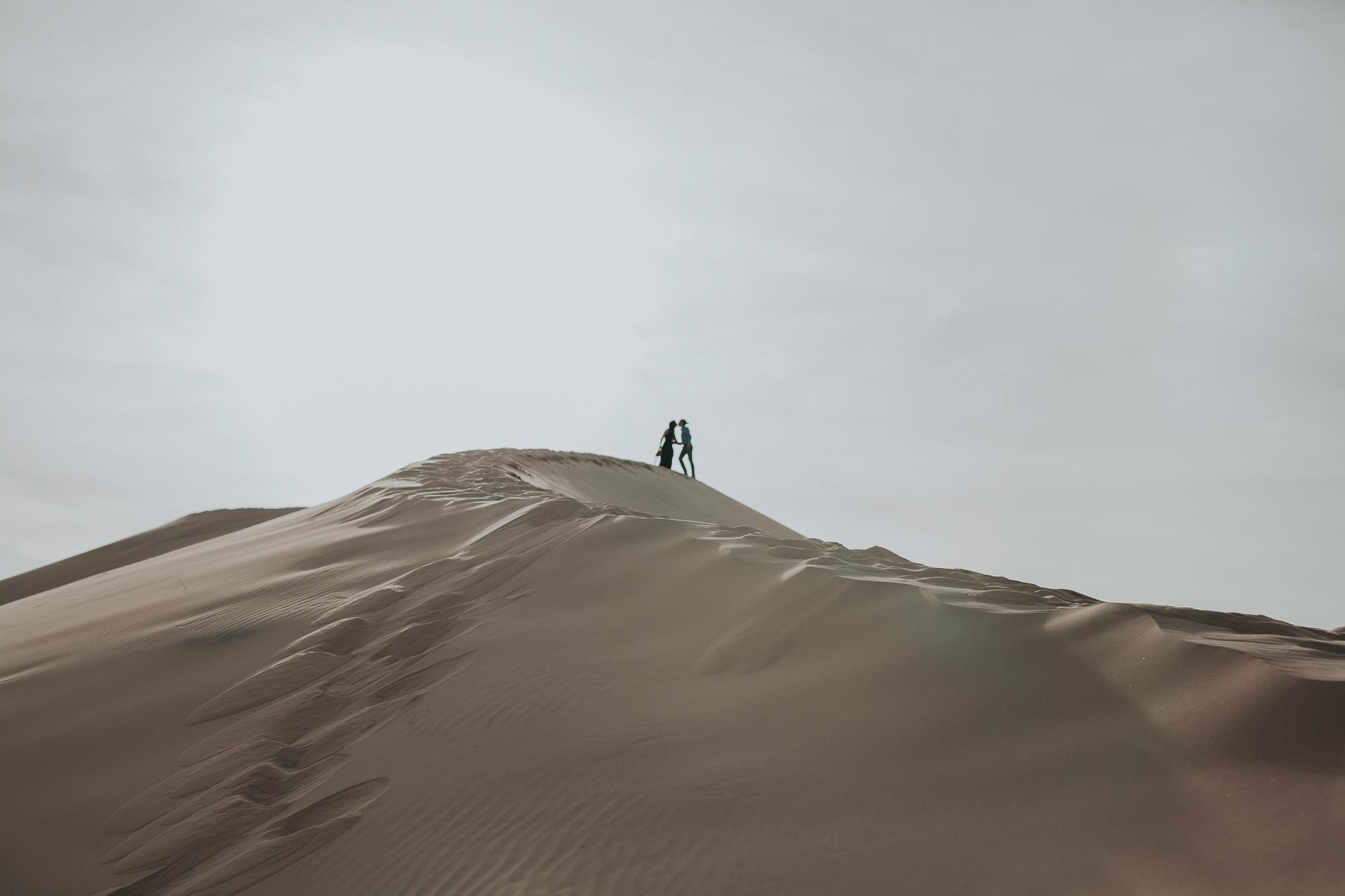 brandy.andrew. kelso sand dunes mojave desert  engagement session-11.jpg