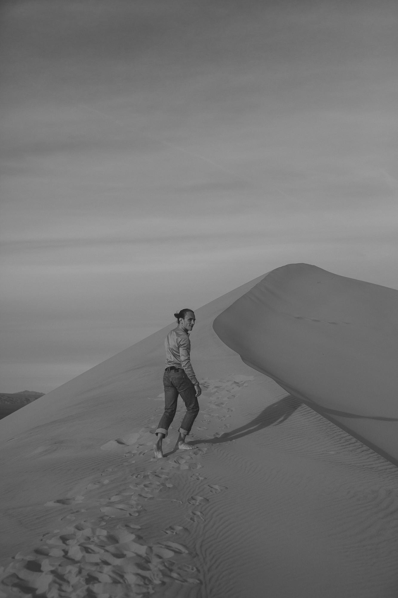 brandy.andrew. kelso sand dunes mojave desert  engagement session-60.jpg