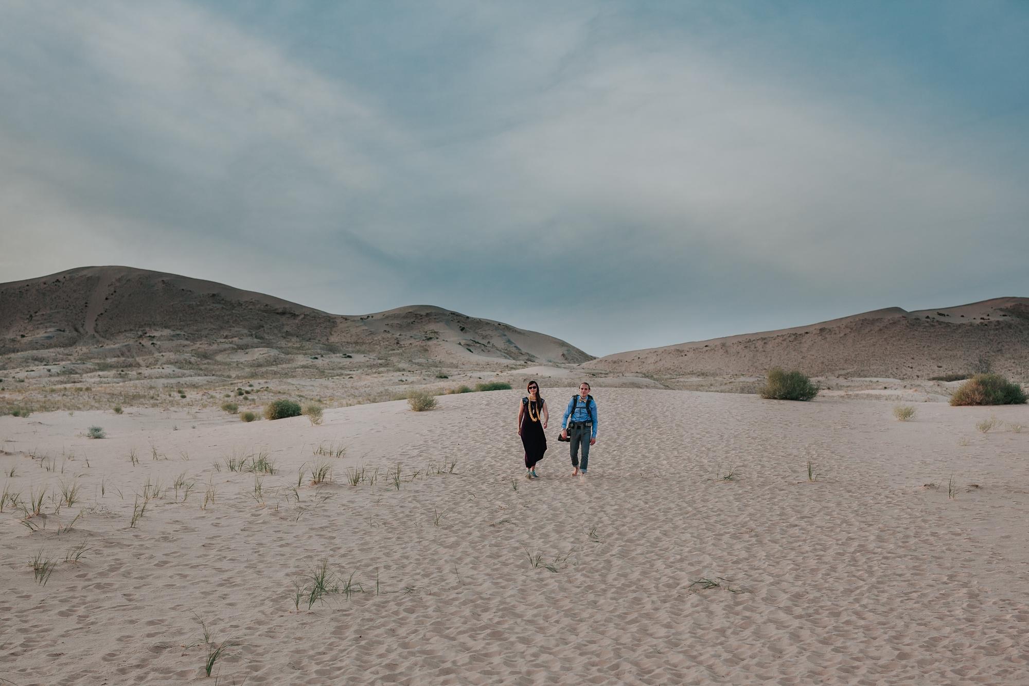 brandy.andrew. kelso sand dunes mojave desert  engagement session-76.jpg