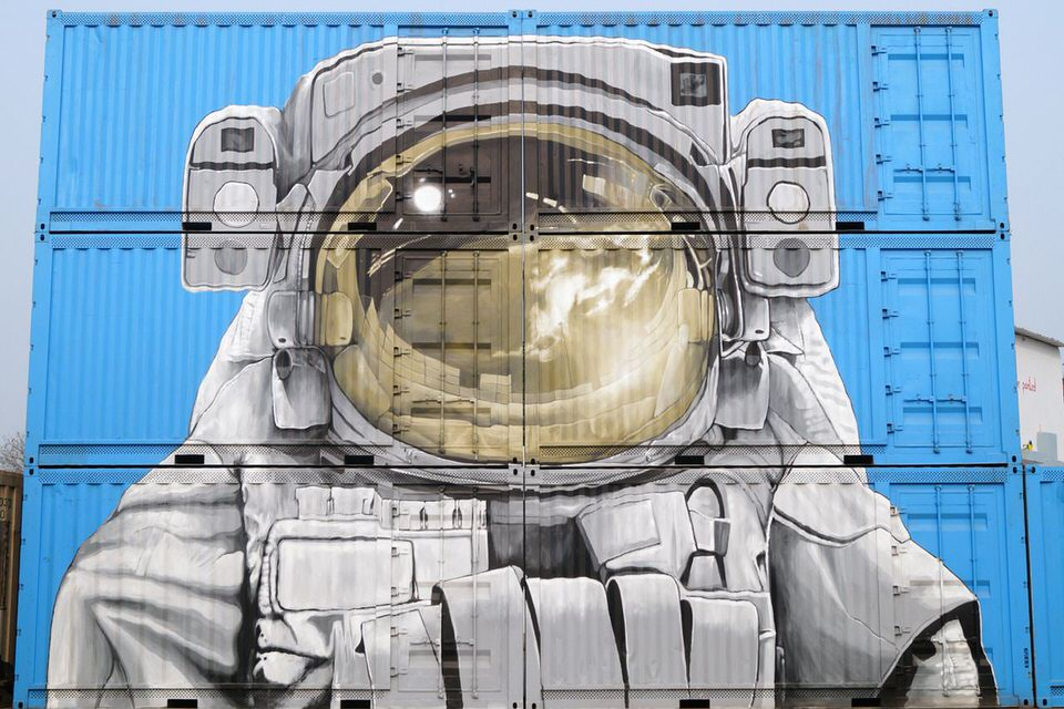 astronaut-street-art-shipping-containers