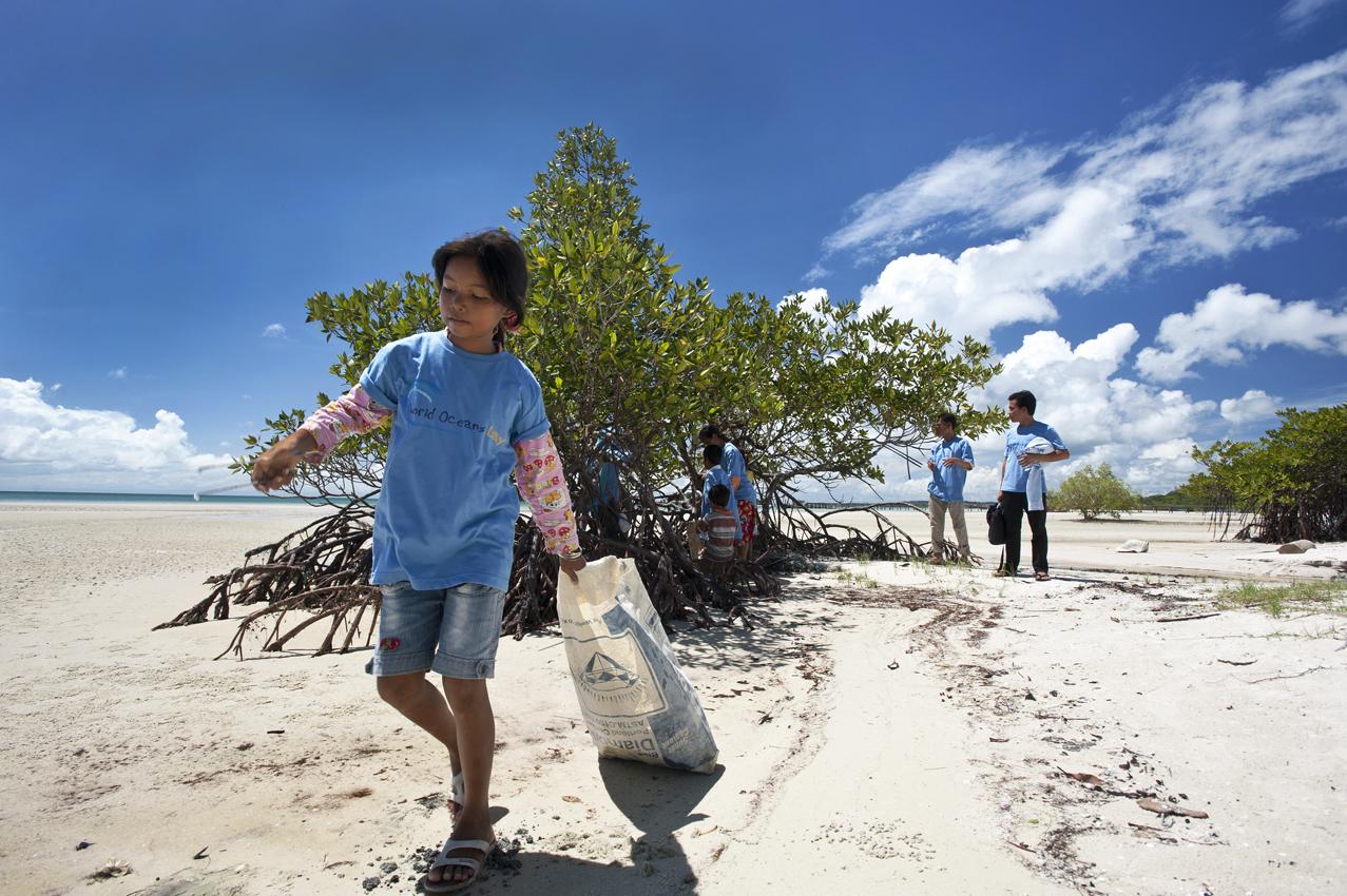 Beach clean. World Oceans Day 2014 Coastal & Marine Conservarion. Cambodia Jeremy Holden FFI.jpg