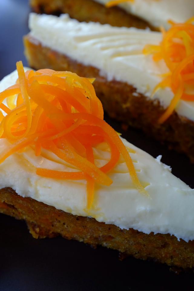 I like my gulrotkake like I like my women. Sweet and spiced. Covered in cream cheese. *Snurre på sjarmørbarten*