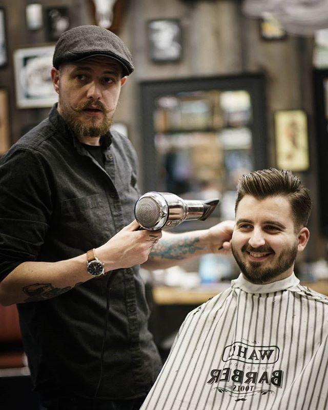 Martin og kunden mimrer tilbake til august, med Ace of Base på hårføner-luftgitar. Men, Martin fikk prestasjonsangst, så en eventuell Da Capo får bli en annen gang. #bergenbarberstue #skjegg #beard #beardsofinstagram #barbershop #barber #barberlife #barbershopconnect #barbers #snaisenflais #sony #a7rii #canon #canon85mm #canon85mmf18
