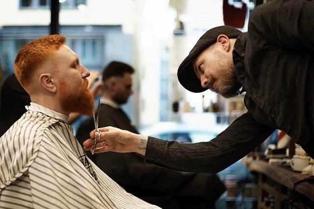 Han her kisen hadde nettopp blitt pappa, og feiret med å bli snaisen på håret. Snaisnere. #bergenbarberstue #skjegg #beard #beardsofinstagram #barbershop #barber #barberlife #barbershopconnect #bergen #snaisenflais #sony #a7rii #canon #canon85mm #canon85mmf18