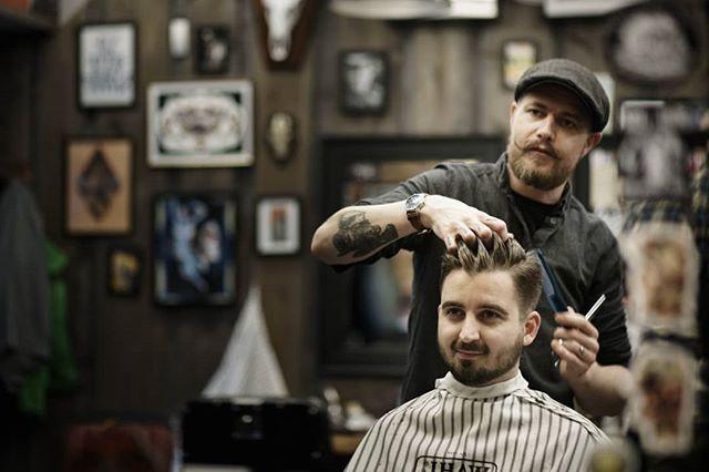 Martin viser hva han skal kle seg ut som på halloween. Edvard Saksehånds hittil ukjente fetter, Martin Kamhånd. Andreas er tydelig imponert. #bergenbarberstue #skjegg #beard #beardsofinstagram #snaisenflais #sony #a7rii #canon #canon85mm #canon85mmf18 #barbers #barbershop #barber #barberlife #barbershopconnect #bergen