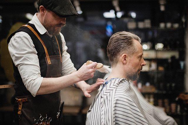 Martin får æren av å bli årets første innlegg. Her pulveriserer han kunden etter en nakkehøvling. Du og du. #bergenbarberstue #barbershop #barber #fujifilm #xh1 #mitakon35mmf095 #fujifilmnordic
