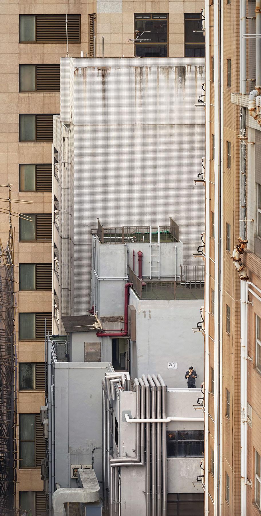"Romain Jacquet-Lagrèze ""Cigarette Break"" [Hong Kong, 2017]"