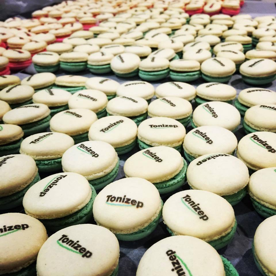 Ferrero Macaron   มาคารอง เฟอเรโร่ว ที่โรยด้านบนด้วย เฟยติน (Feuilletine) ใส่ไส้ เฮเซลนัท ที่ทำจาก เฮเซลนัทเพส ให้รสชาติคล้ายๆกับการทาน Ferrero Rocher