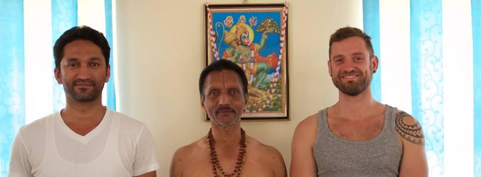 Es gibt mehr als einen Grund nach Mysore zu gehen.    Für mich gibt es sogar zwei.      yoga to the people.   www.janoschs-turnstunde.com