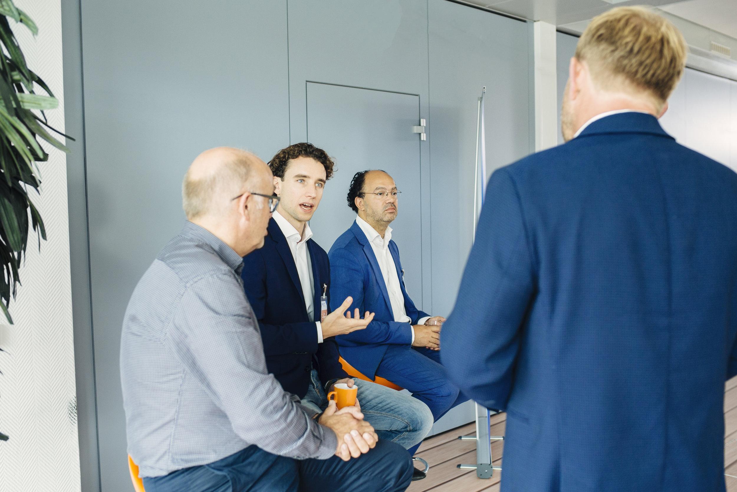 Voor de landelijke campagne van Zilveren Kruis over Vitaal Leiderschap zat ik als expert op dit thema in het panel, samen met Kilian Wawoe (r) en Koos Telkamp (l), in gesprek met leidinggevenden o.l.v. Harm Edens.