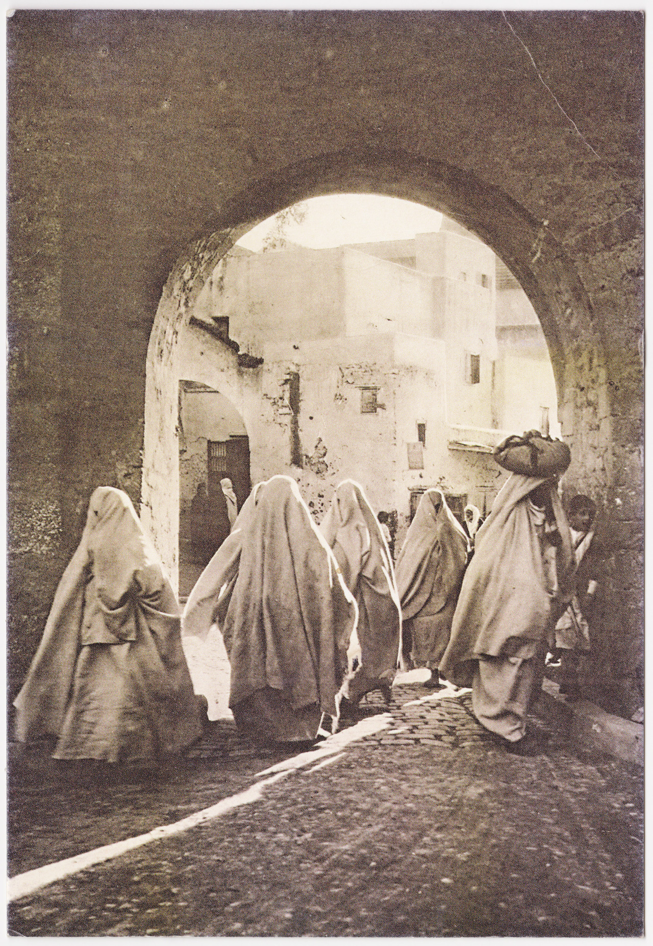 Moroccan women in traditional attire, Casablanca 1920. Photo by Flandrin - '  Gràcieux fantômes  '