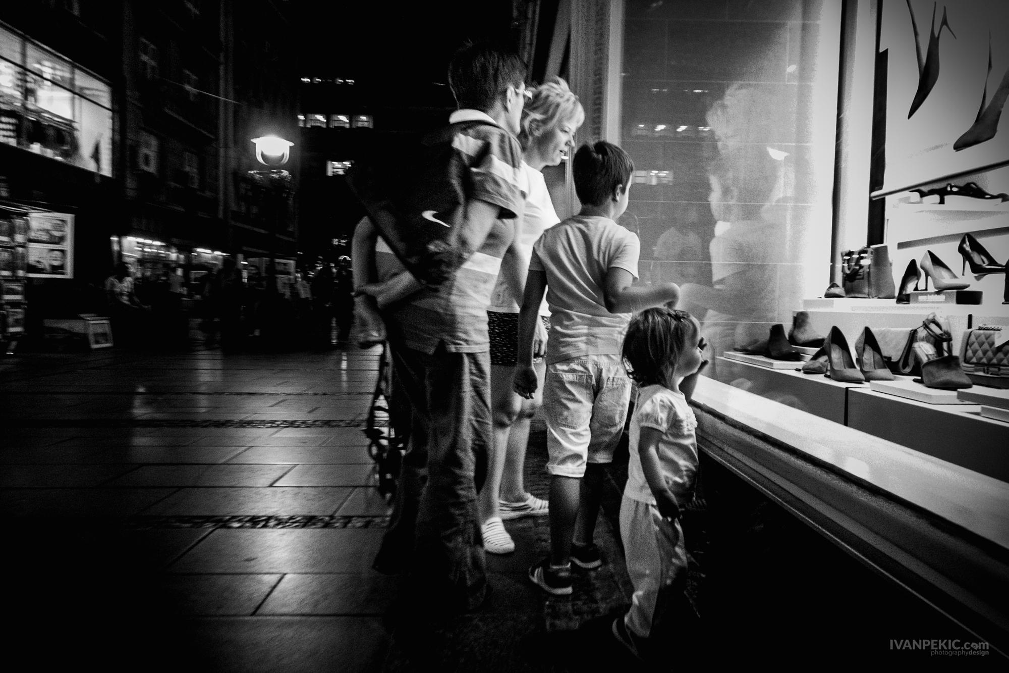 ulica izlog porodica ljudi street.jpg