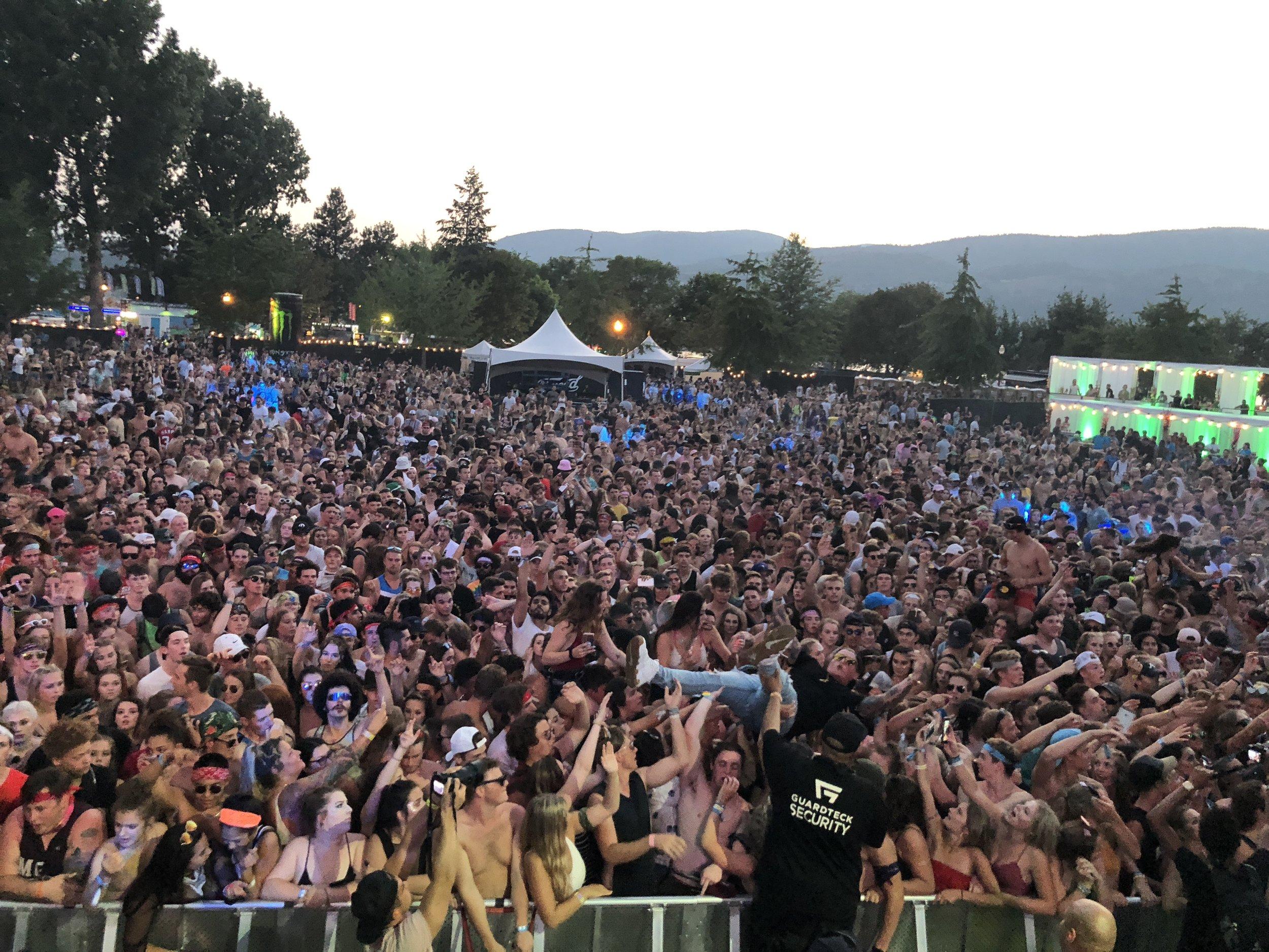 tassnata crowd surf