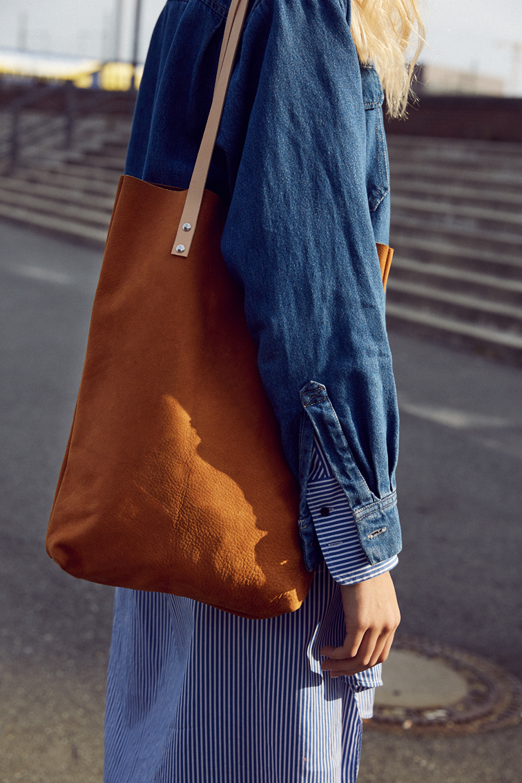 LELLOR_Tote-bag-tasche-wildleder-nubuk-cognac-jeans.jpg