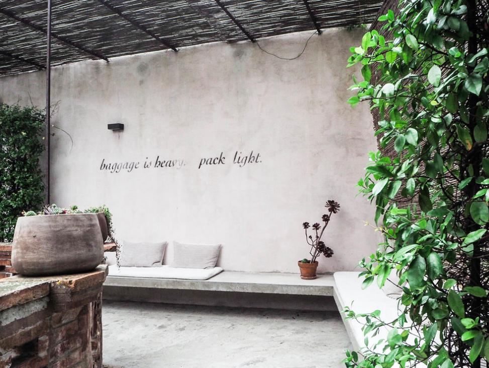 Camellas-Lloret-baggage-light-france-paris.png
