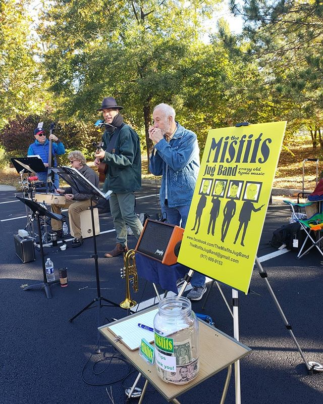We are open and jammin'🎶 Come out to the Oakton Farmers Market today, get your shopping done, and dance along to the Misfits Jug Band. . . . #oakton #nova #Oaktonfarmersmarket #cfw #communityfoodworks #livemusic #farmersmarket
