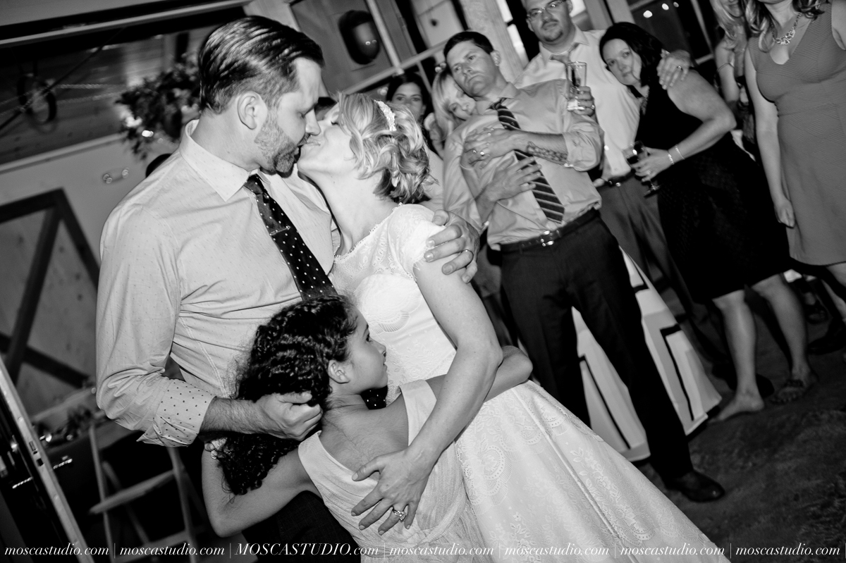 00405-MoscaStudio-Red-Ridge-Farms-Oregon-Wedding-Photography-20150822-SOCIALMEDIA.jpg