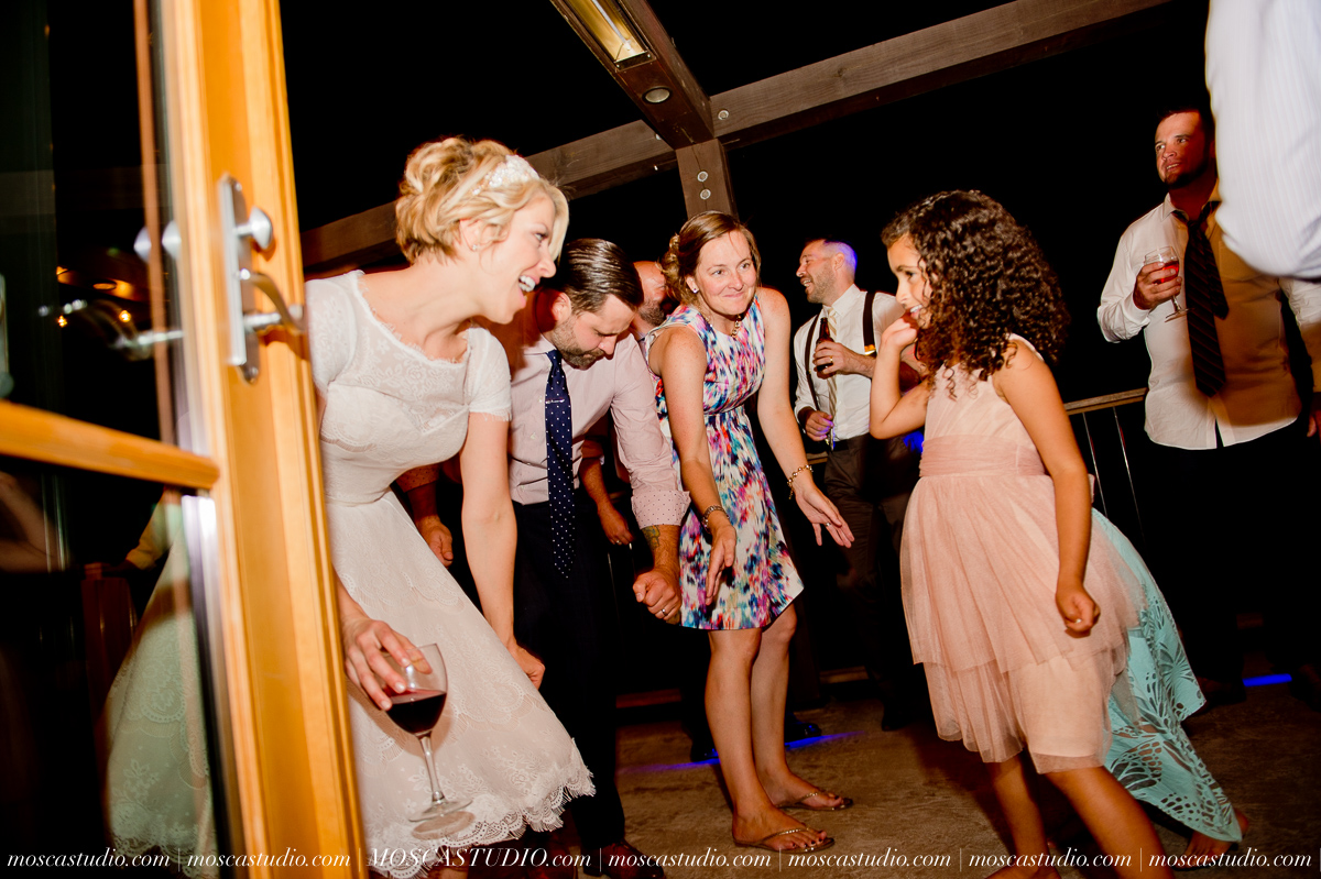 00401-MoscaStudio-Red-Ridge-Farms-Oregon-Wedding-Photography-20150822-SOCIALMEDIA.jpg