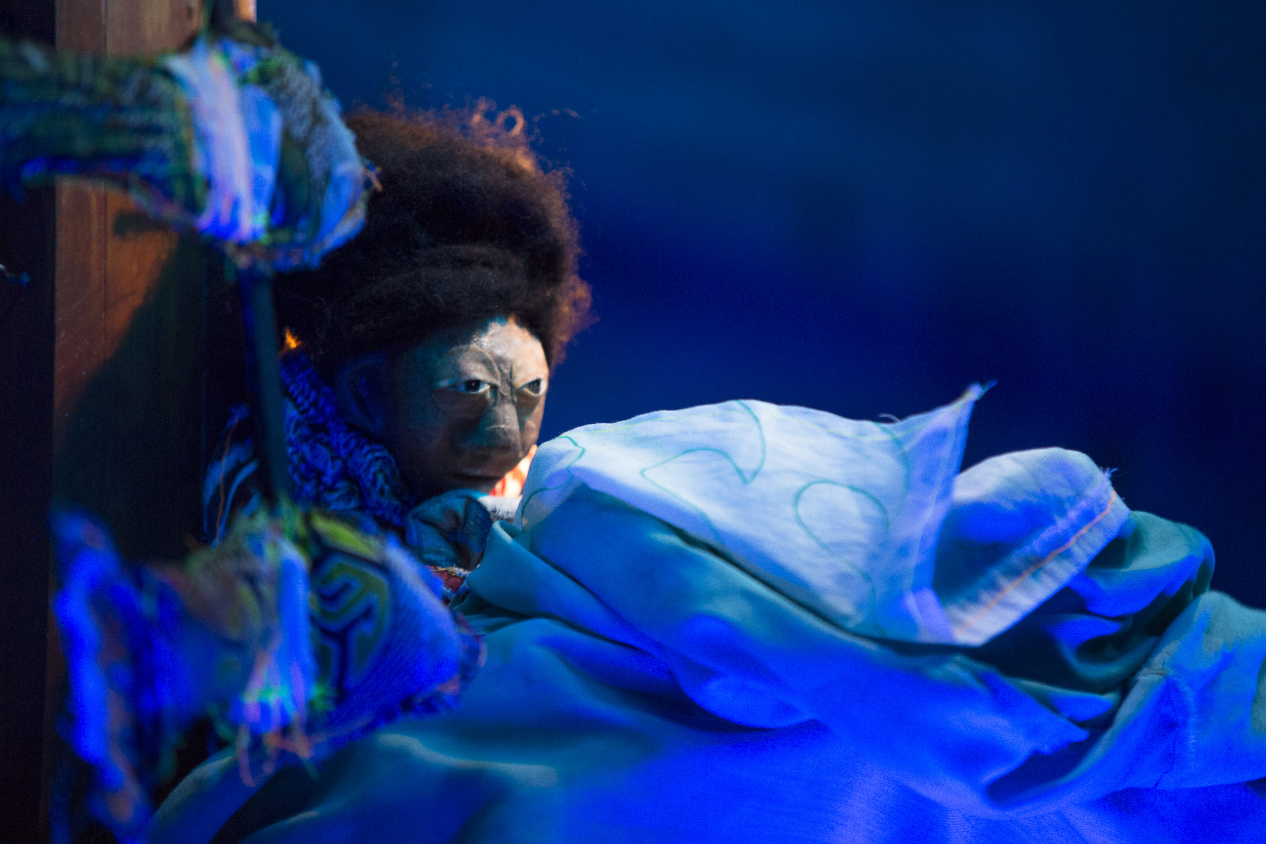 São Paulo, 21/10/2016 - Plongeé, uma mescla de teatro visual, marionetes e música, Plongée é o mergulho de uma menina que toda vez que dorme cai no oceano e se mistura aos peixes e seres aquáticos. Até o dia que ela decide subir a superfície e ver o céu.Em duo, Juliana Notari com suas marionetes e formas animadas e Jorge Zeta com seu clarinete, clarone e efeitos , constroem juntos este mergulho.
