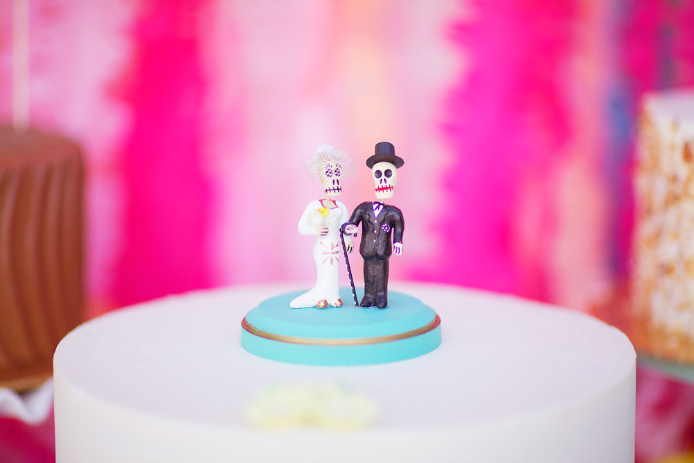 21-cool--unique-wedding-cake-toppers.jpg