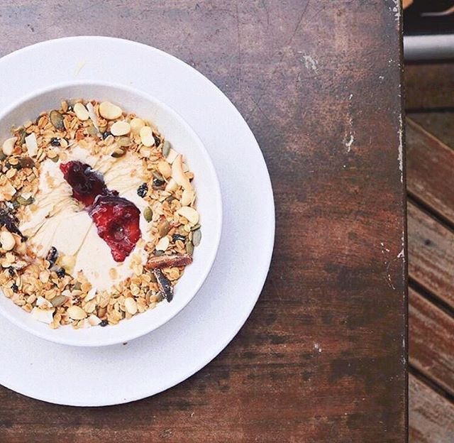 Head to @estabar_ to gaze at newy beach and try their new Maple Macadamia Muesli with baked autumn fruit and banana-coconut-date whip. Ask for the vegan option to get a drizzle of delicious maple syrup! They also stock @blackfoxbakers vegan cinnamon scrolls 🌀 📸 Thanks to @estabar_ 👇🏽Tag your favourite vegan in the comments below ⌨ Visit the link in our profile for the full guide to everything vegan in the Hunter Region! 🍡Tag @NewcastleVeganGuideAU or #newcastleveganguide in your snaps of great vegan products, services and food in The Hunter 🍉