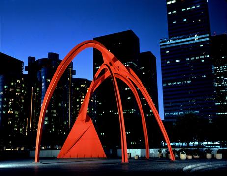 Caldertambién creó esculturas monumentales como ésta en Los Angeles.