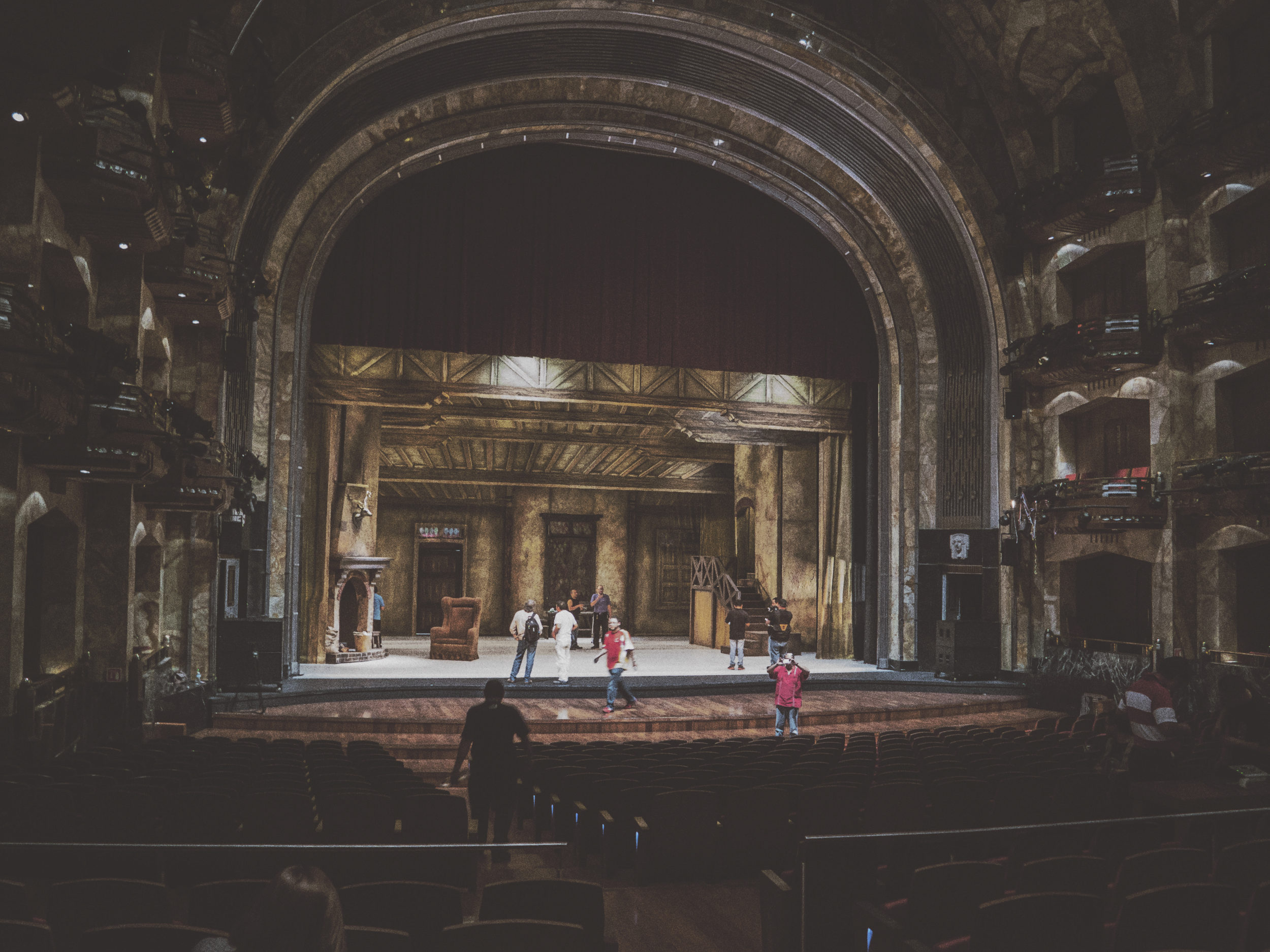Preparando el escenario para el primer acto.