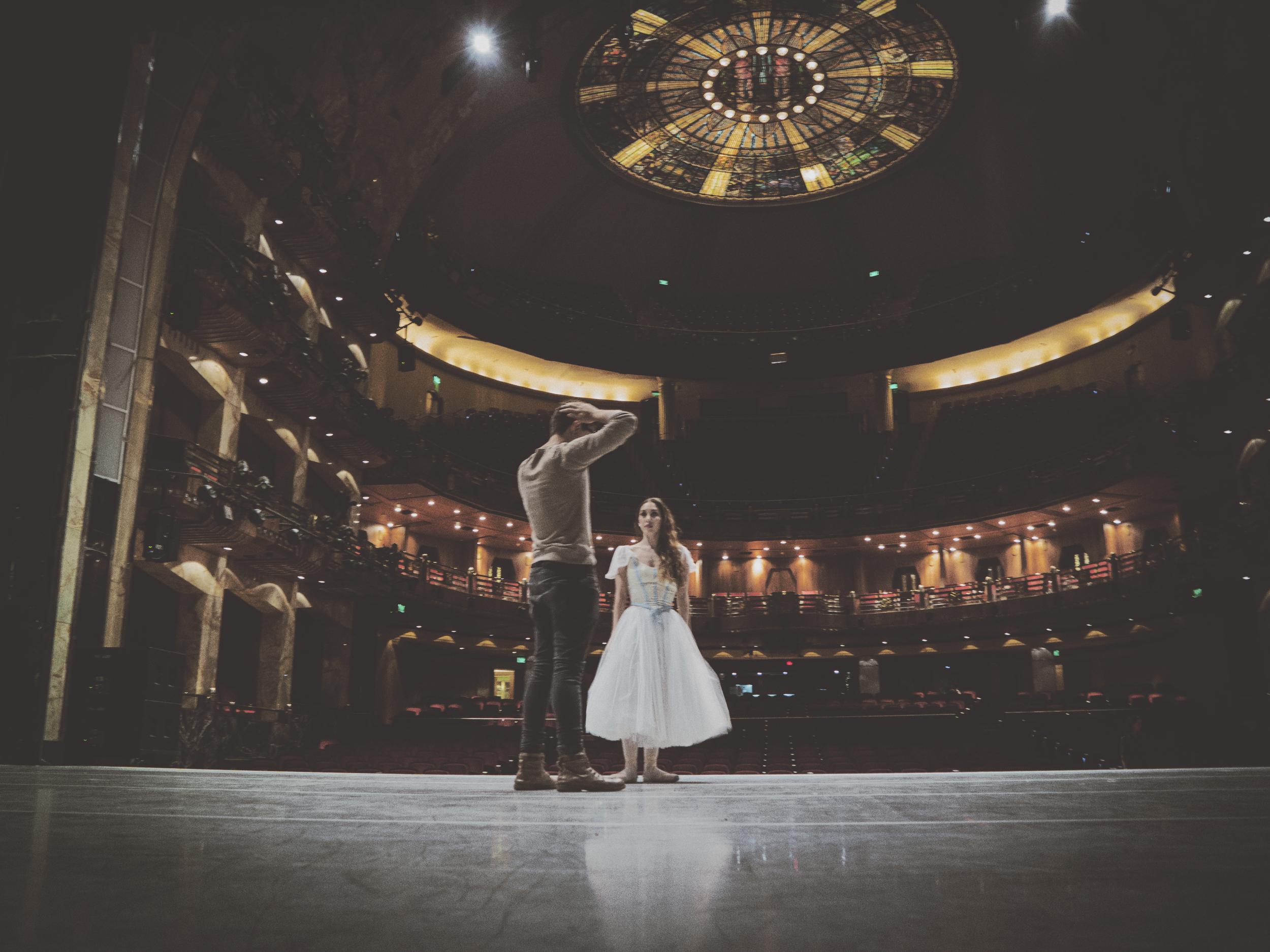 La bailarina Sonia Jimenez en una sesión de fotos antes de la función con el fotógrafo Carlos Quezada.