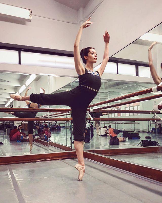 Me tardo en entrenarme como un mes y medio pero me desentreno en cinco días 🧐😂 ¿Les ha pasado alguna vez? • #ballerinaproblems #arabesque #dancer #style  #wanderlust #explore