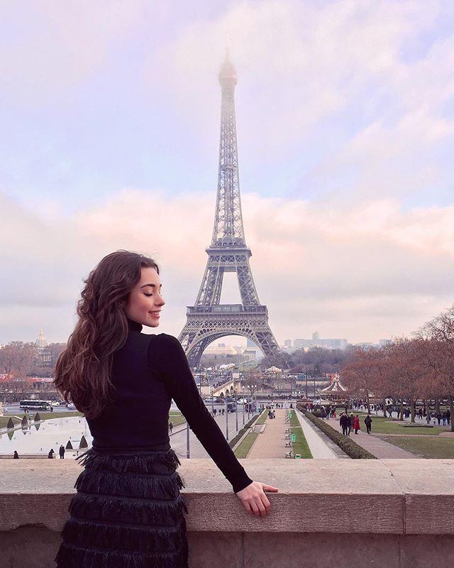 #Tb al año pasado en una de mis ciudades favoritas. Cuando era chiquita estaba obsesionada con Paris. Esto por Madeline, un cuento que siempre me ha encantado, ¿lo conocen?  En fin... conozco Paris muy poco pero espero volver pronto. ¿Ustedes han tenido la oportunidad de ir? ☁️✨ • #Paris #wiw #explore #ballerina #travelgram