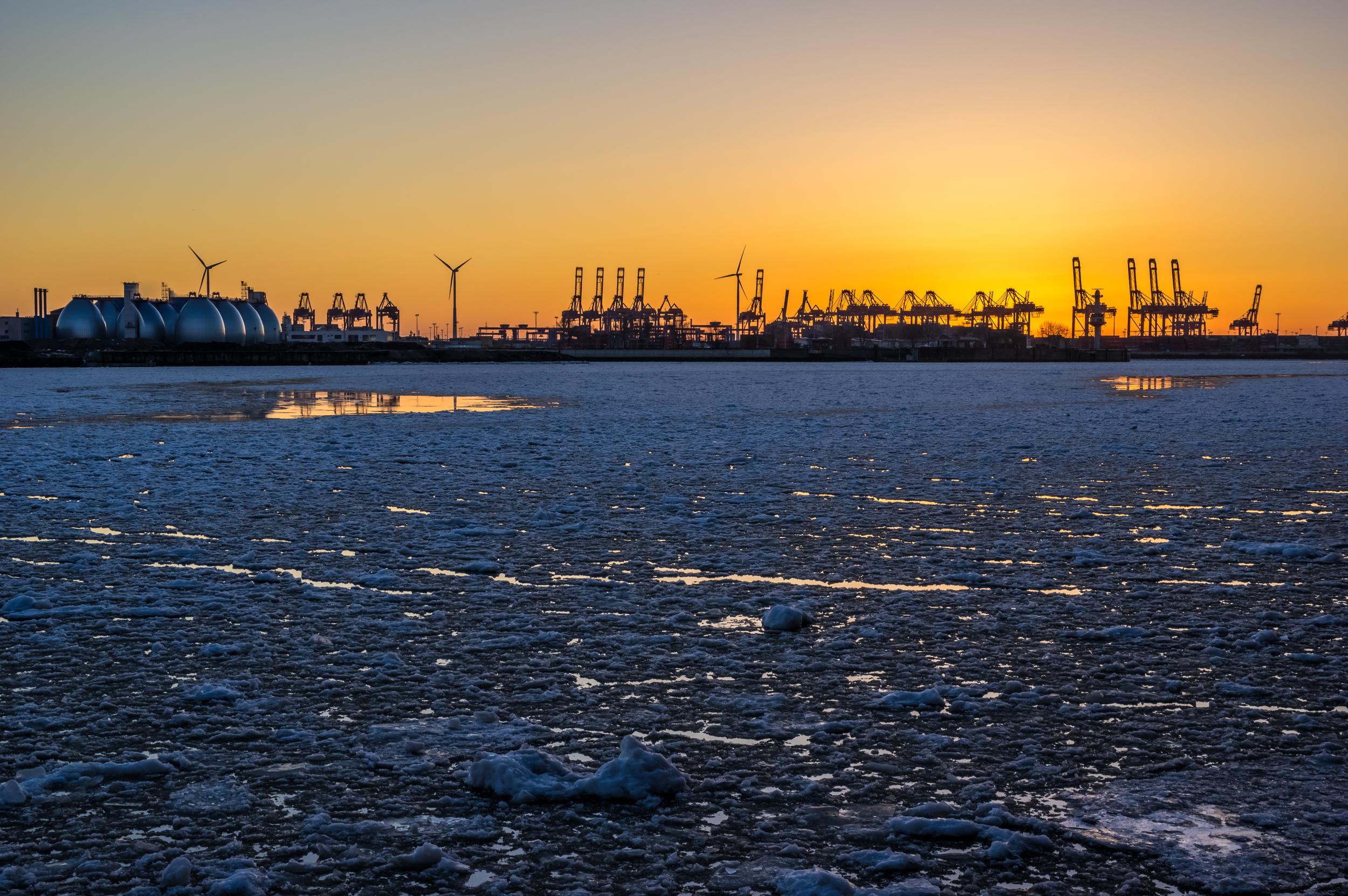 Eis im Hafen