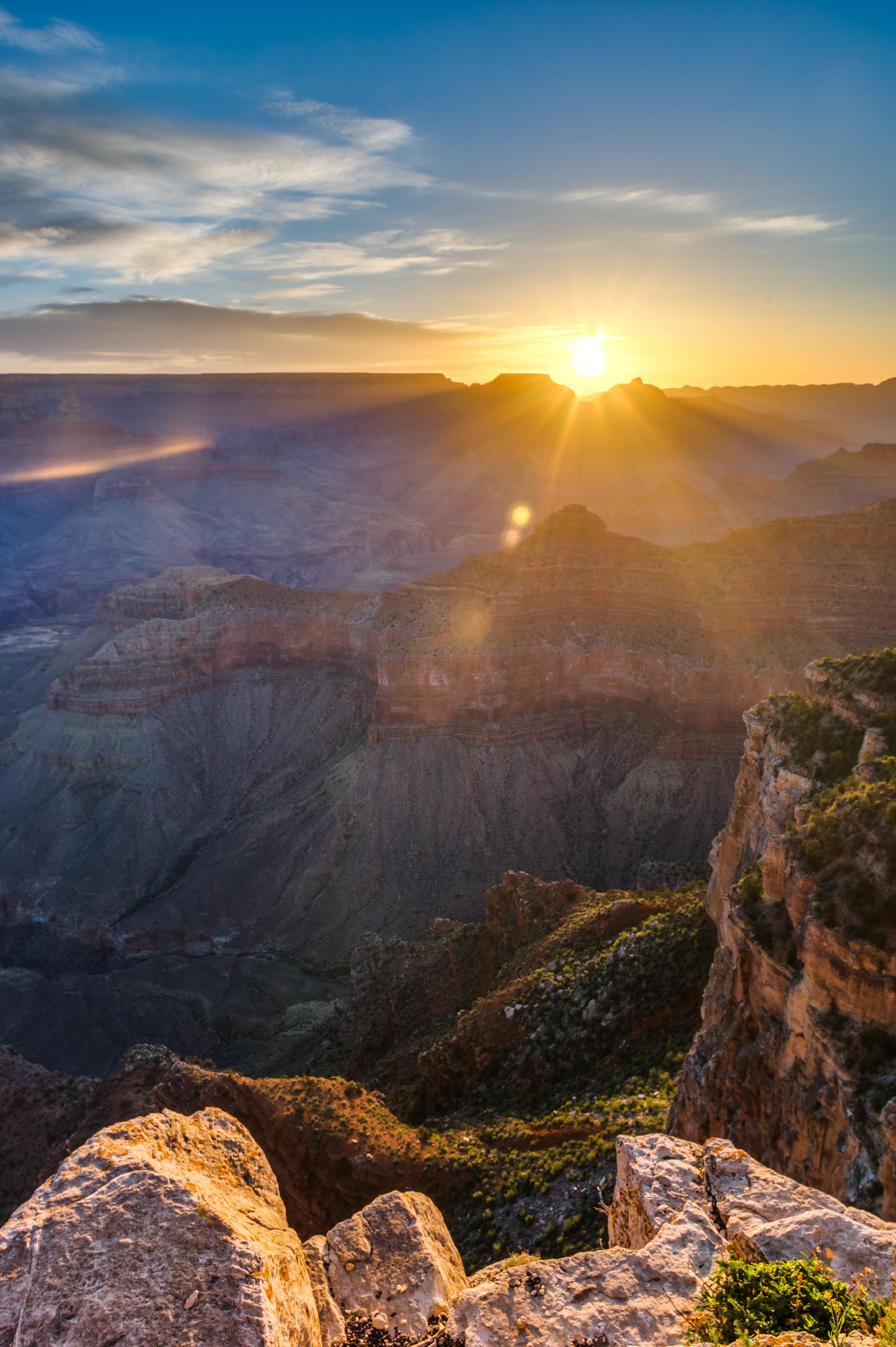 Ein wunderschöner Sonnenaufgang am Yaki Point über dem Grand Canyon.