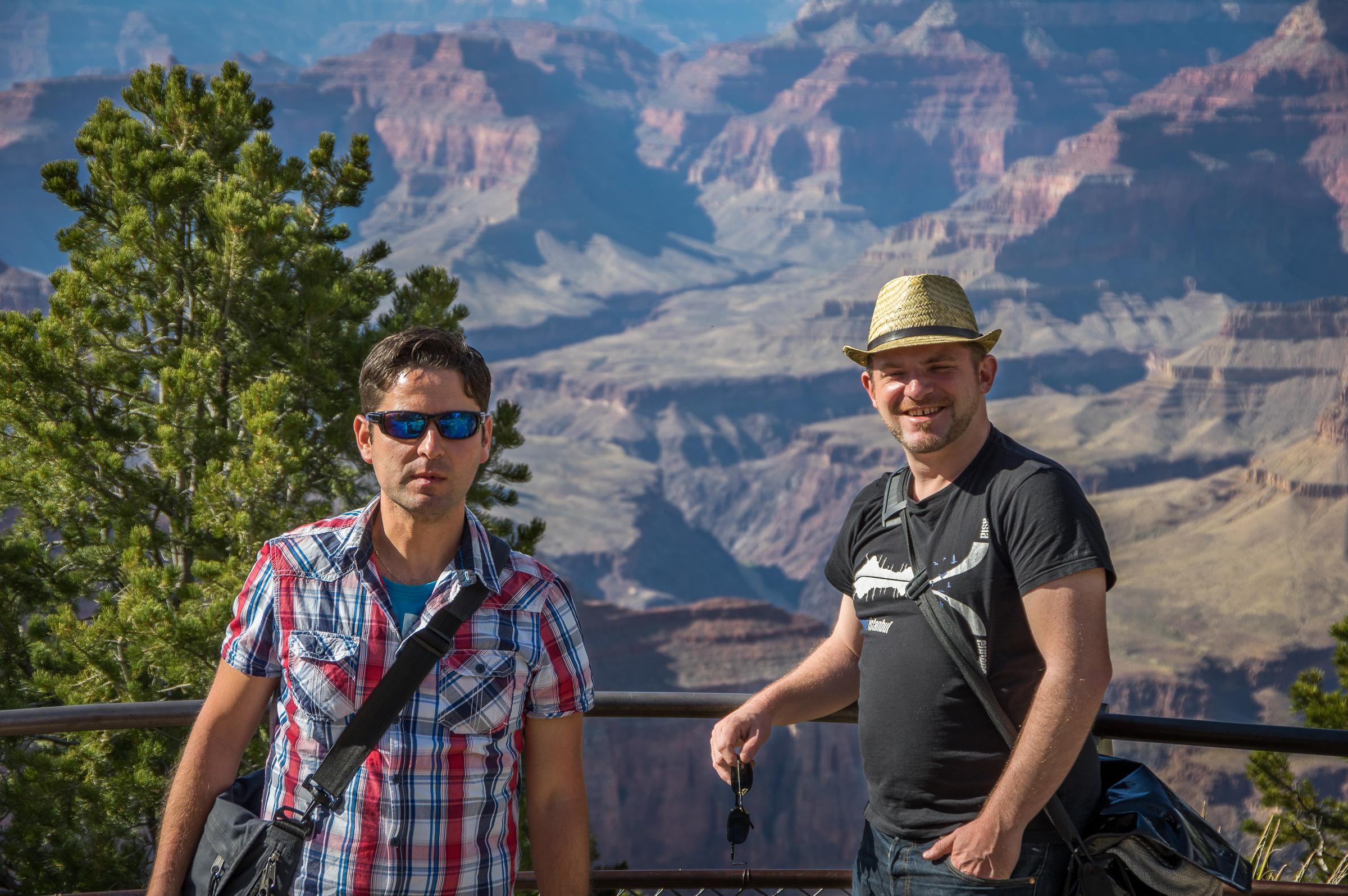 Im Grand Canyon Village warten wir auf den Shuttlebus.