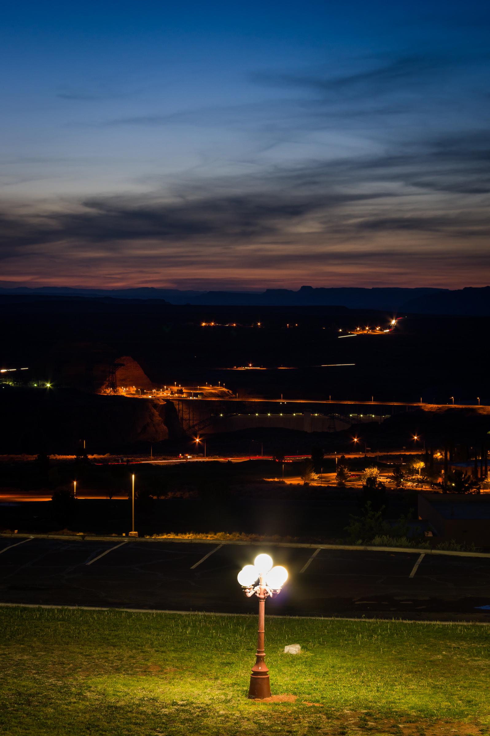 Der Blick vom Balkon auf den Staudamm im Abendrot.