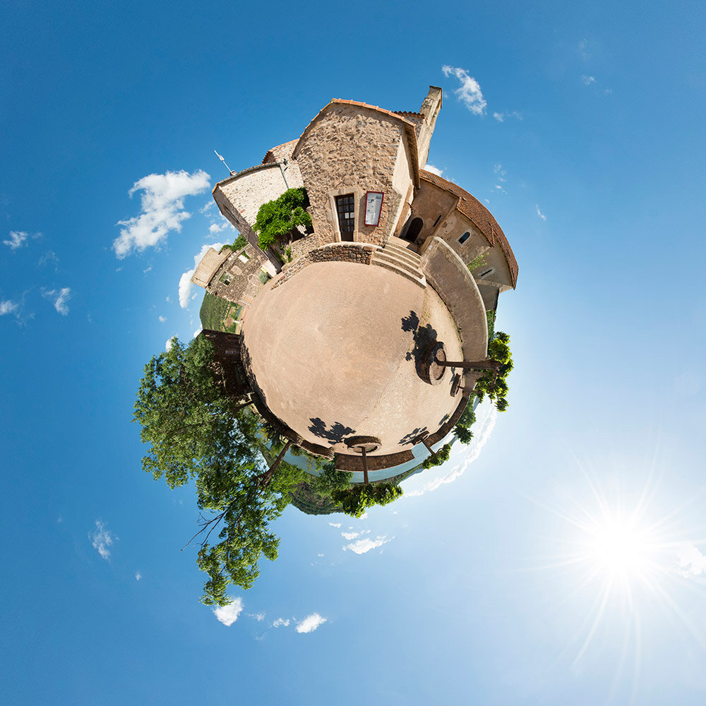 Mini-planète de la place du village de Celles © Melkan Bassil - Photographie disponible sur  www.imagesoccitanie.com