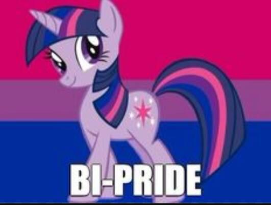 En my little ponny i bifärgerna: rosa, lila och blå med texten Bi-pride.