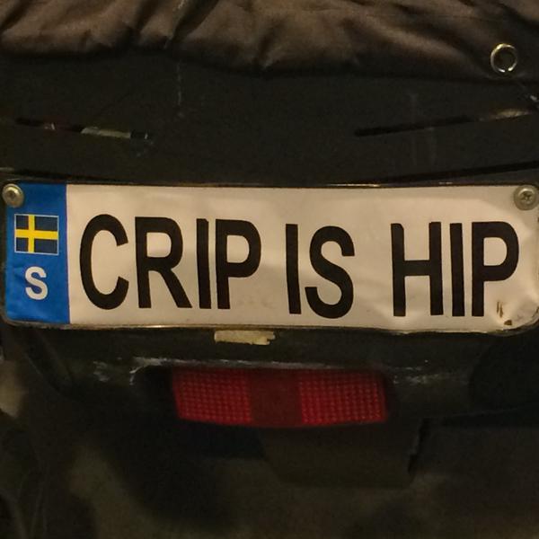En bilnummerskylt med texten crip is hip.