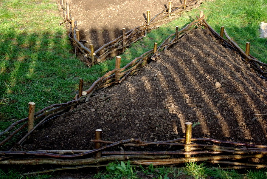 Lokálně si můžete například pomoci vyvýšenými záhony. Zdroj: Přírodní zahrady viz. link obrázku