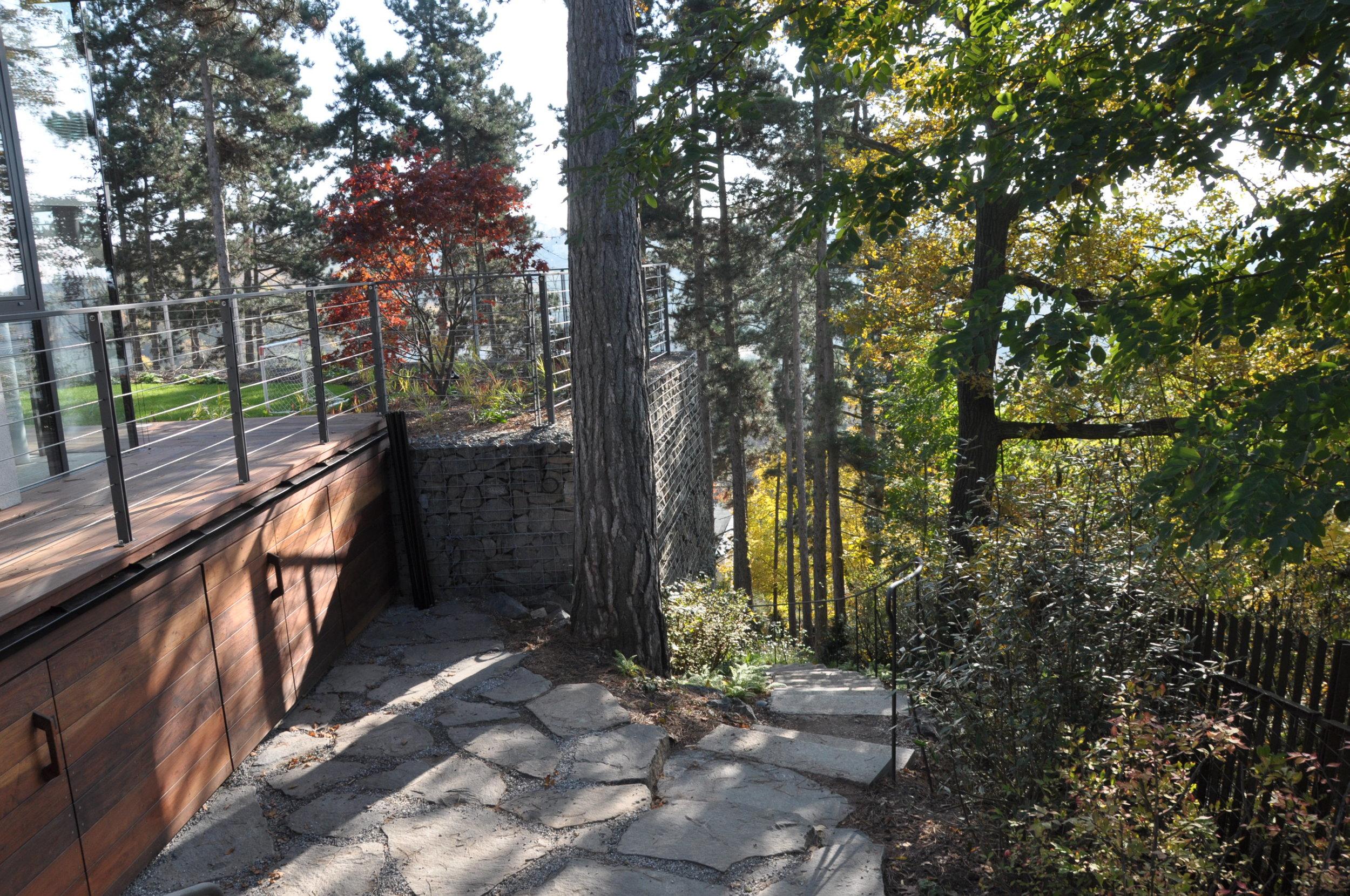 Díky tomu, že byl zahradní architekt přítomen již během stavby podařilo se konstrukčně zasáhnout do terasy, kde mohl vzniknout úložný prostor. foto: Tereza Mácová